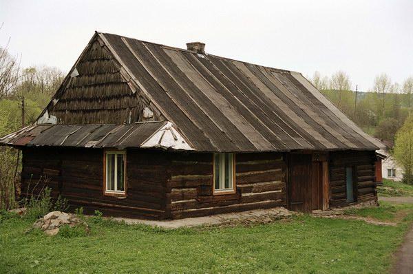 Typowa zabudowa mieszkalna. Łemkowszczyzna.